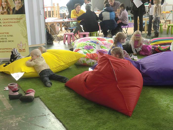 дети на подушках
