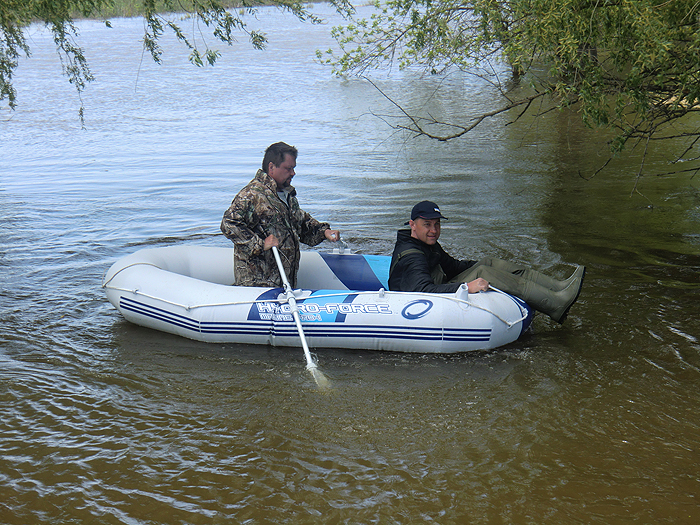 Шурик и Володя в лодке