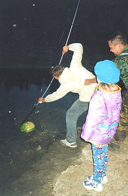 Лешка ловит арбуз