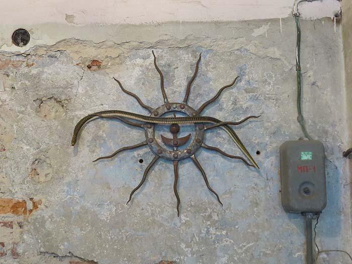 змея на стене