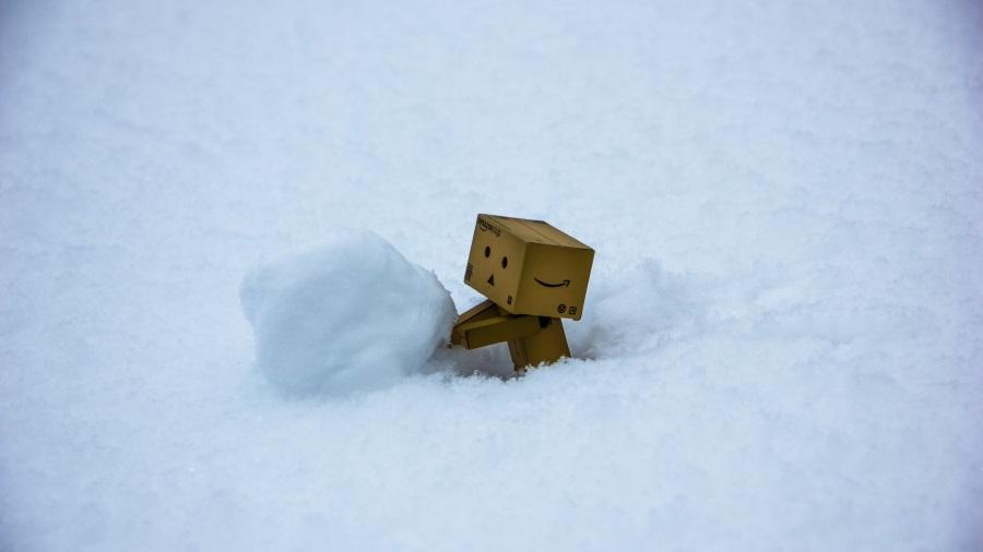 картонная фигурка лепит снеговик