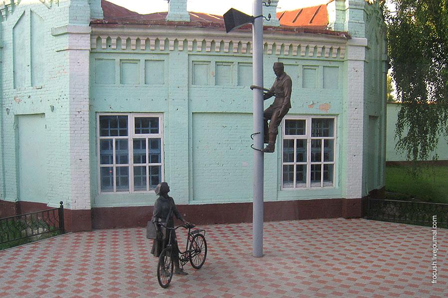 Елабуга. Памятник связистам.