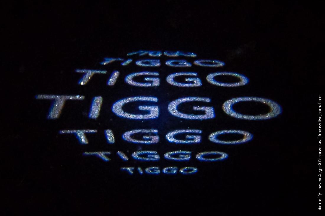 световая проекция логотипа на асфальт при открытии двери чери тигго 7