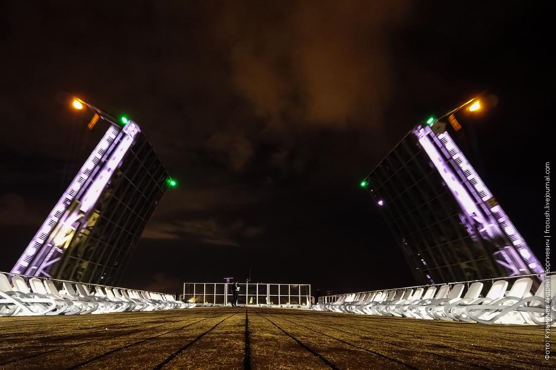 теплоход мустай карим проходит через разведенные мосты санкт-петербурга