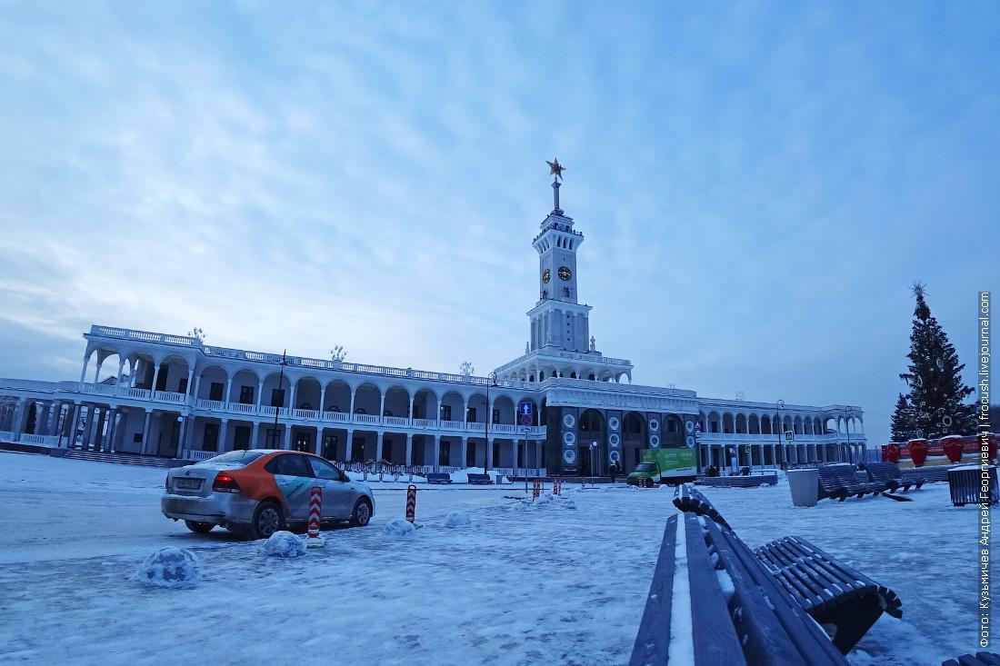 зима площадь перед зданием северного речного вокзала