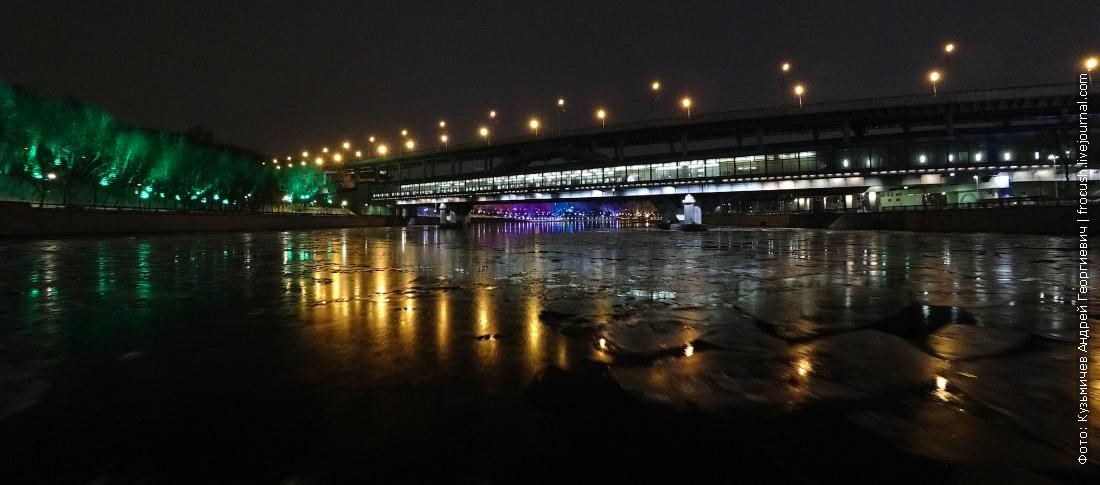 по ночной и замерзшей москве реке на теплоходе