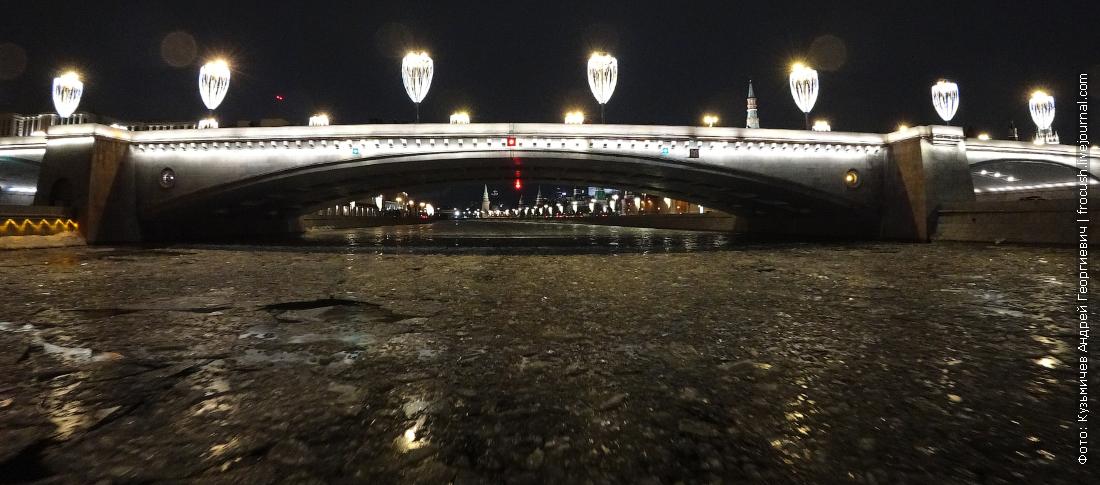 по льду москвы реки на прогулочном теплоходе