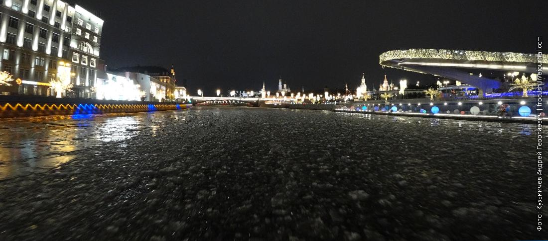 по льду москвы реки на речном теплоходе