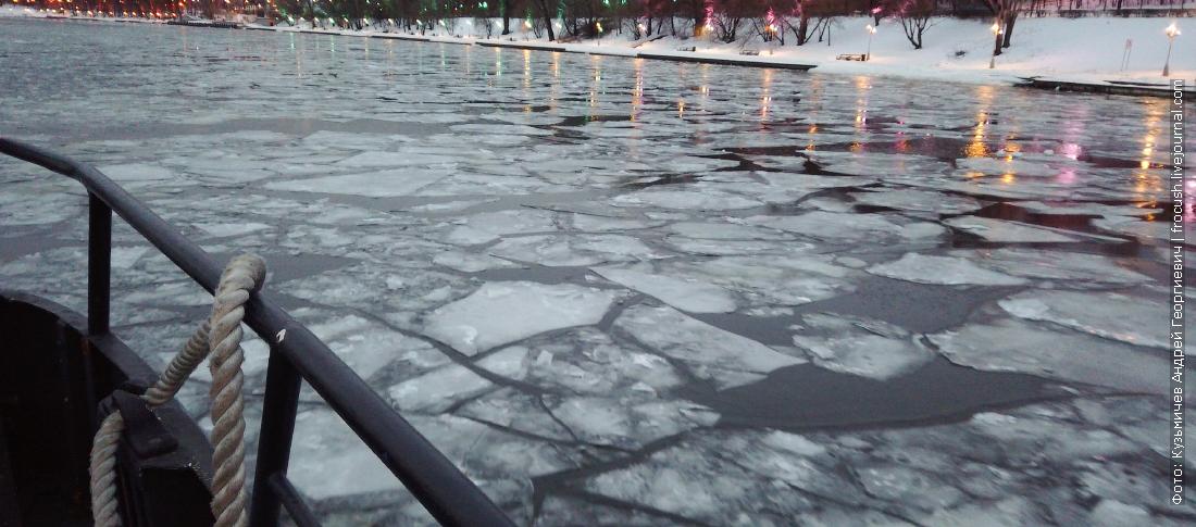 на теплоходе по битому льду москвы реки