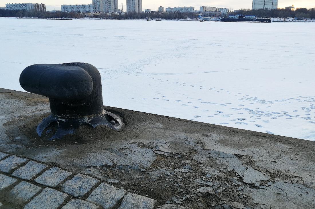 крошащийся бетон на набережной северного речного вокзала