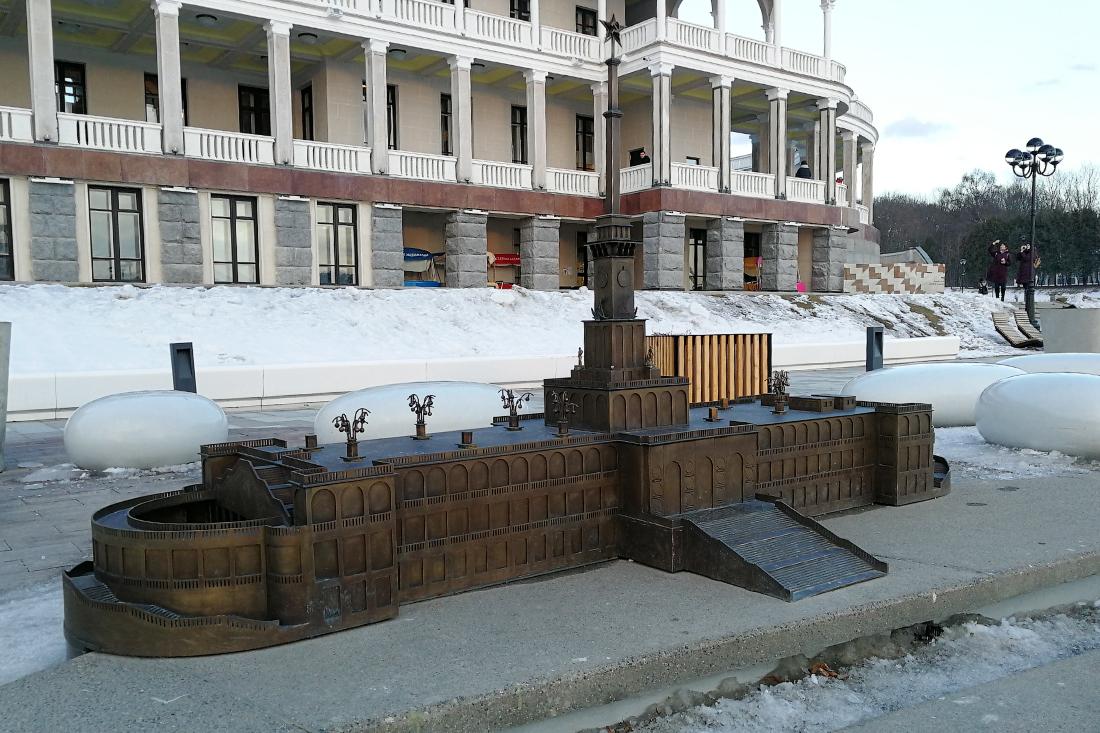 макет здания северного речного вокзала с украденными светильниками и скульптурами