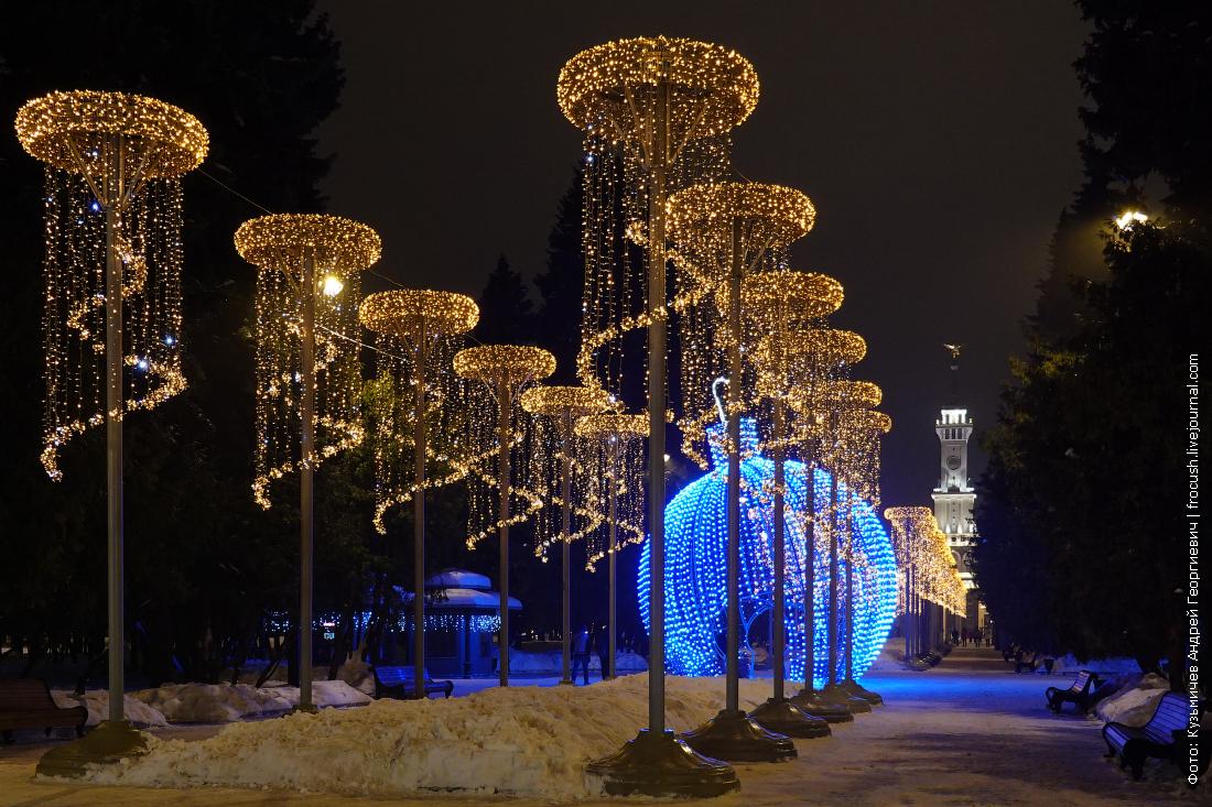 главная аллея парка северного речного вокзала ночью