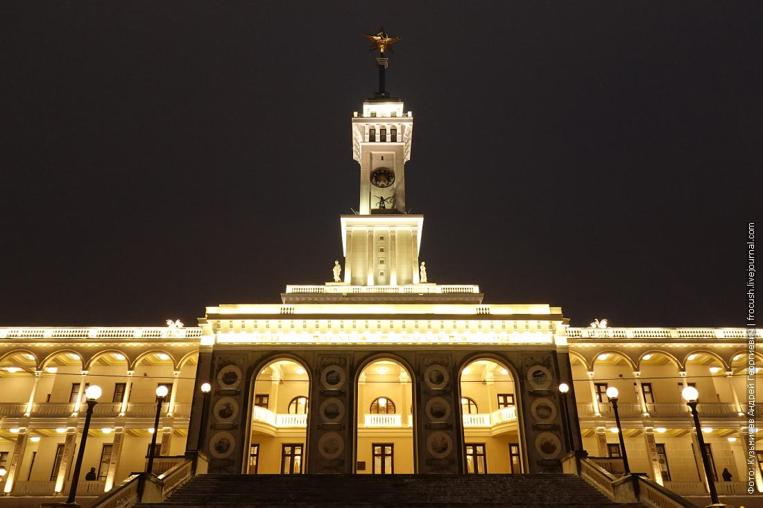 здание северного речного вокзала ночью