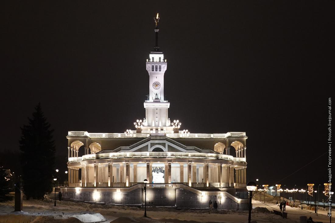 зимнее здание северного речного вокзала в ночной подсветке