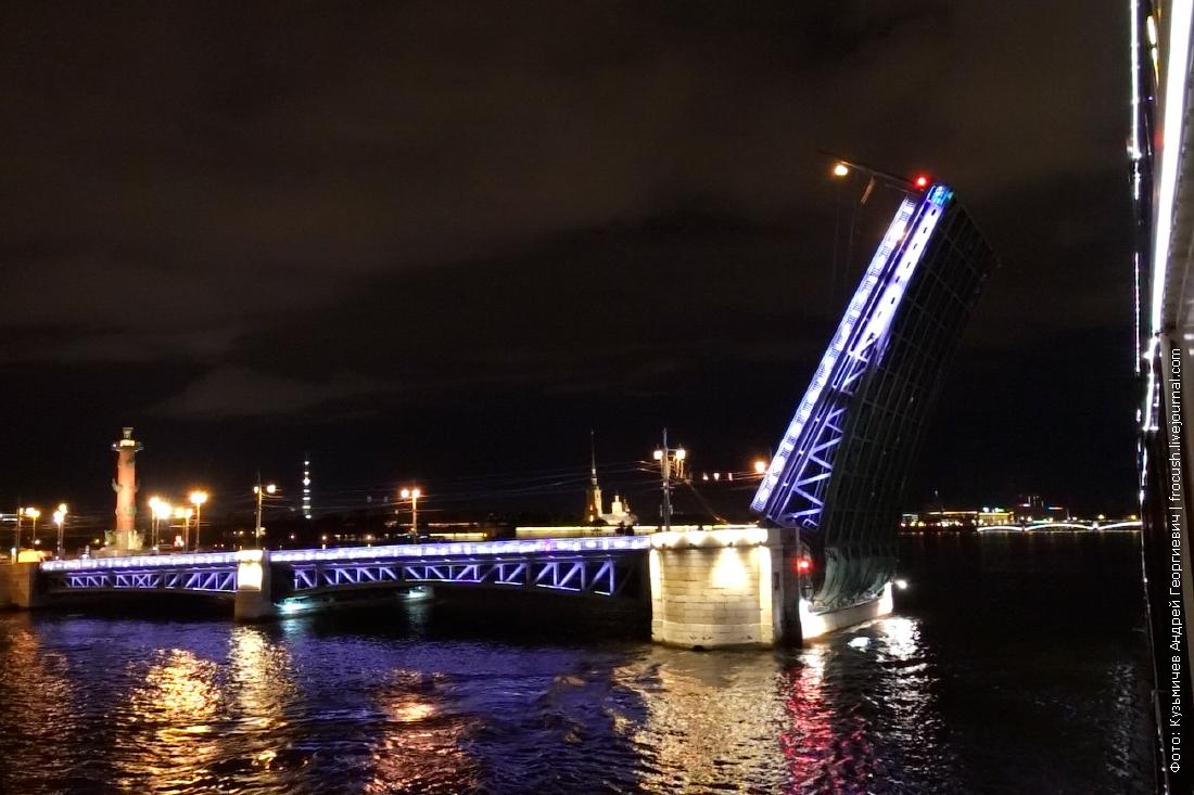 теплоход мустай карим прохождение по ночной неве под разведенными мостами санкт-петербурга