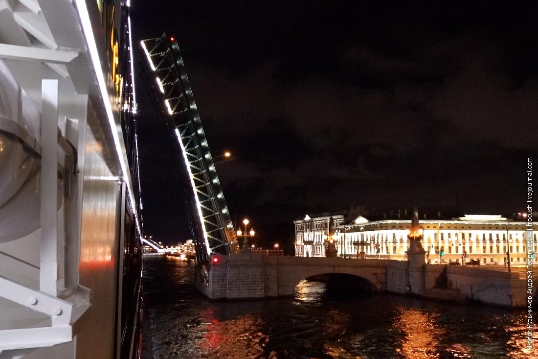теплоход мустай карим ночное прохождение по неве под разведенными мостами санкт-петербурга