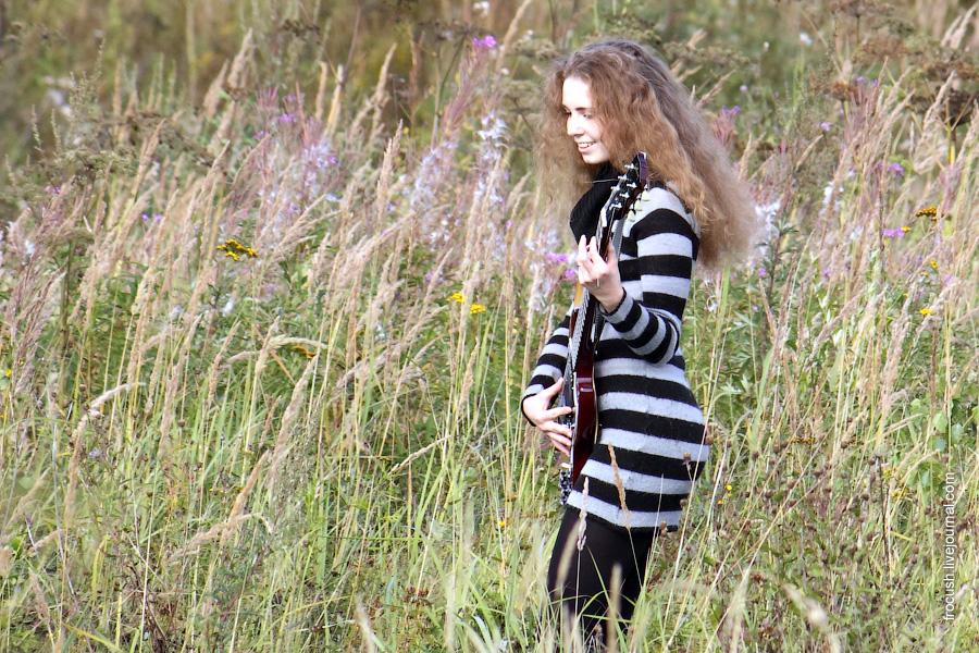 Она с гитарой