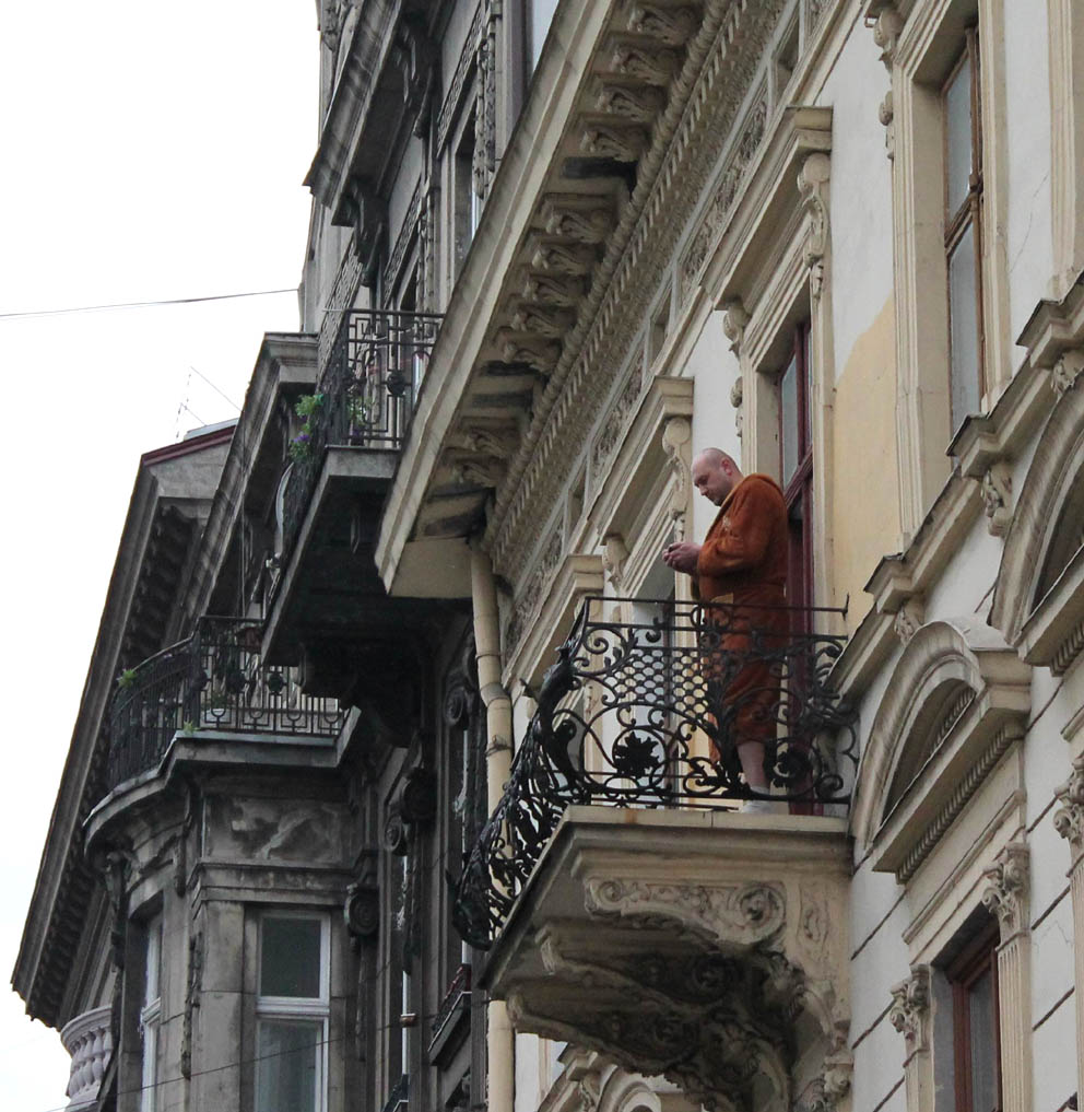 Авторитет на балконе гостиницы.jpg