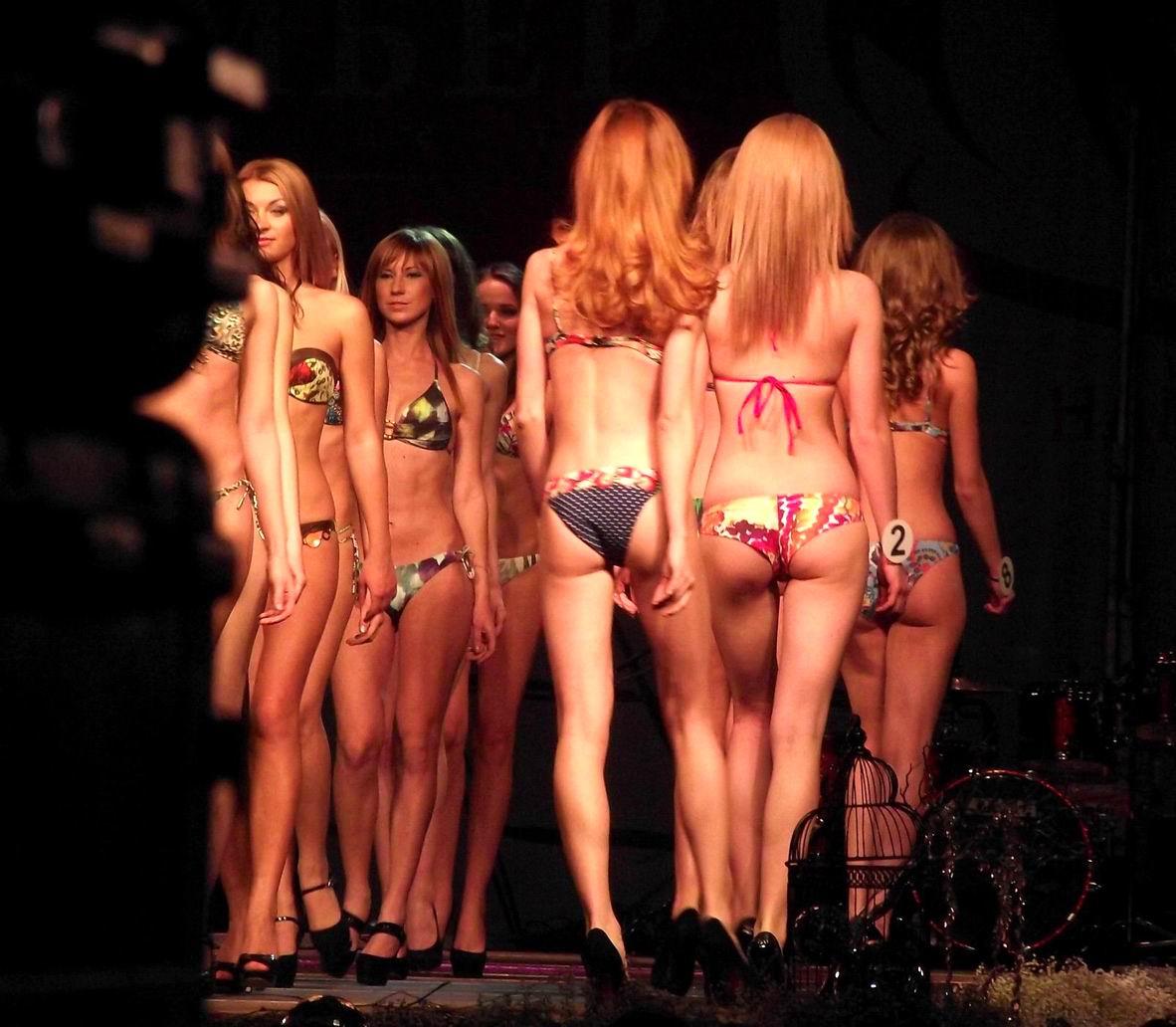 Фотки девушек снимающих купальники 12 фотография