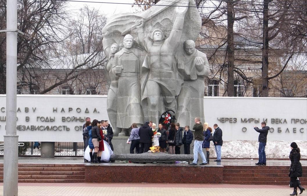 У памятника