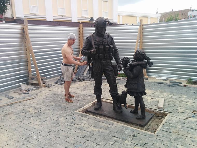 v-stolitse-kryma-ustanovili-pamyatnik-veshlivym-lyudyam-i-torshestvenno-otkroyut-ego-11-iyunya_foto-facebook-com_1_2016-06-3-14-29-40