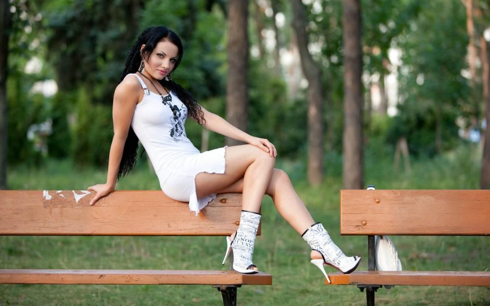 Bryunetka_v_modnyh_sapozhkah