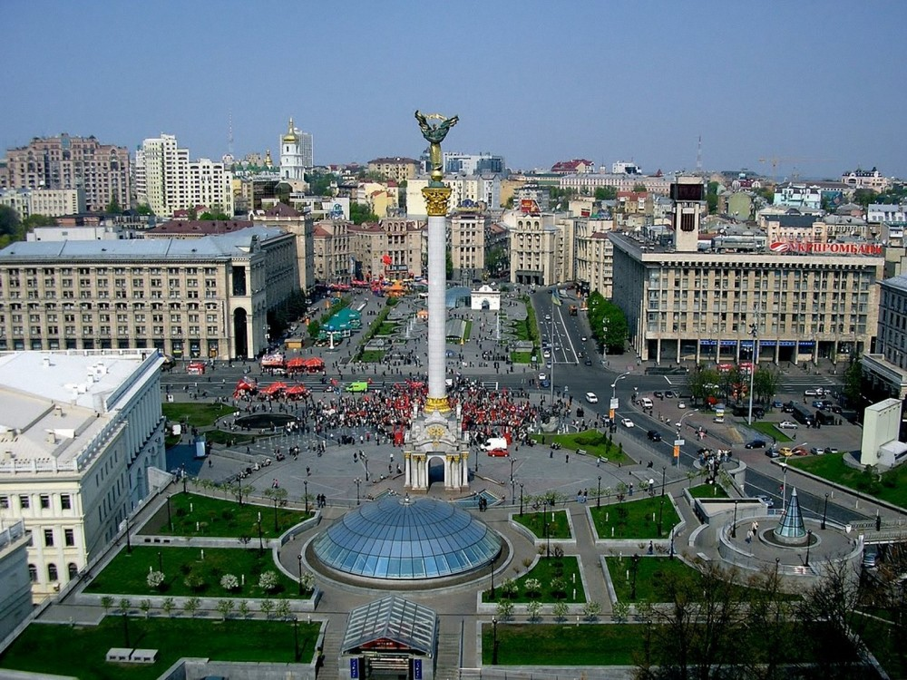 Beautiful-Images-of-Landscape-Kiev-Square-Crowded-People-and-Buildings-the-Blue-Sky (1)