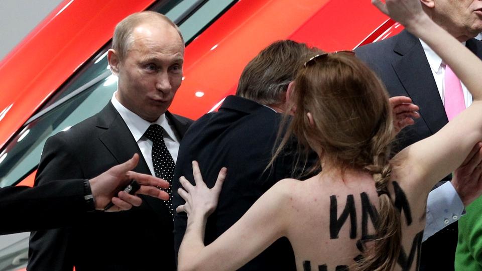 Vladimir-Putin-topless-girl-streaker-reaction-1401233167n