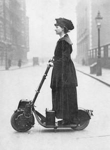 Суфражистка Флоренс Норман едет на работу на самокате с моторчиком_1916_Лондон