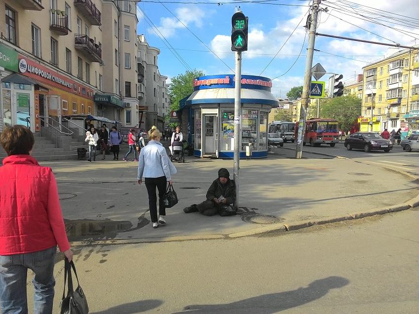 Потеплело и на улицы Челябинска выползли бомжи.
