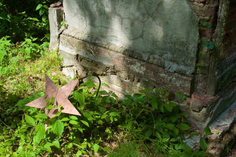 памятник на старом кладбище