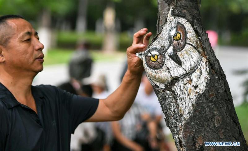 Серия орнаментов по дереву началась с «Совы», первой работы Фэн Шусюаня.