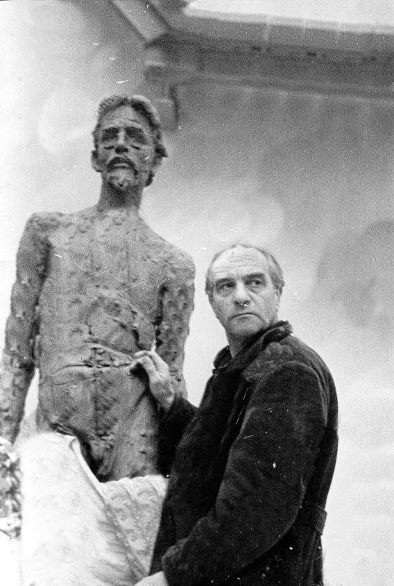 Скульптор-классик М.К. Аникушин в работе над памятником великому писателю