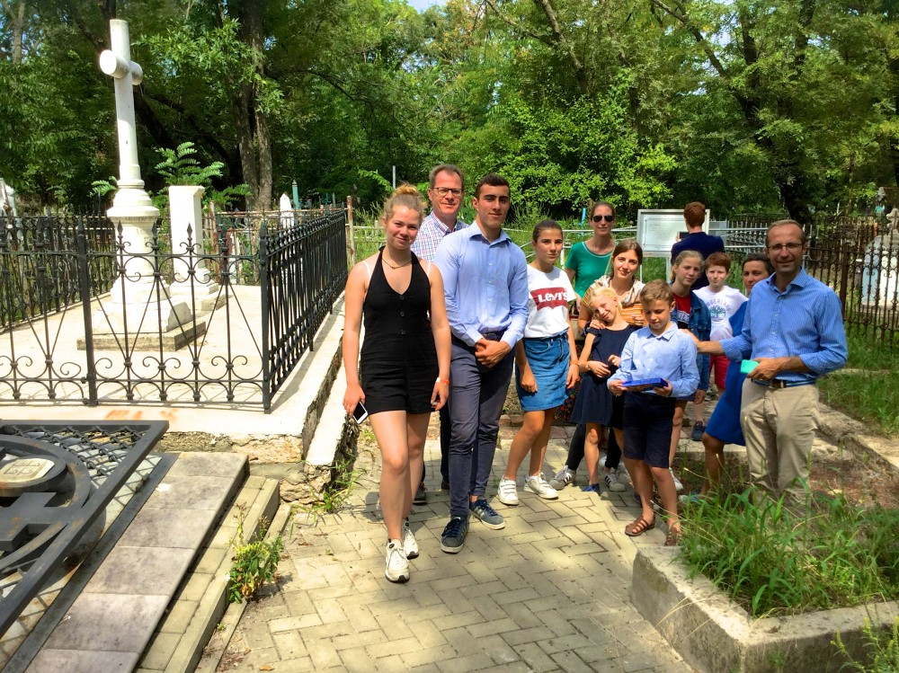 Французские гости на участке семейного захоронения Лакиер и Комнено-Варваци