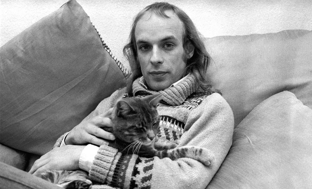 Брайан Ино с котиком, 1975 год.