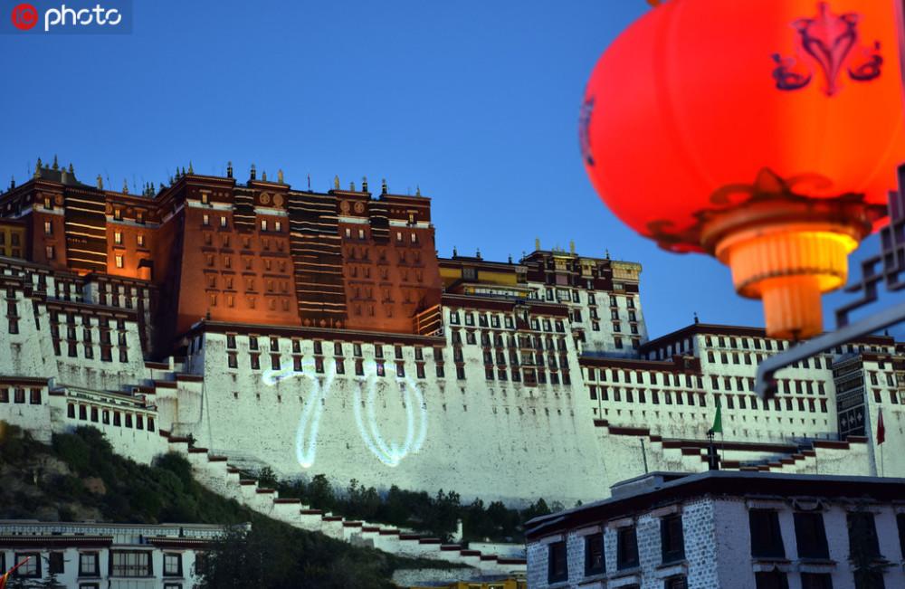 На фасаде буддийского храмового комплекса огромная цифра «70», символизирующая годовщину образования КНР