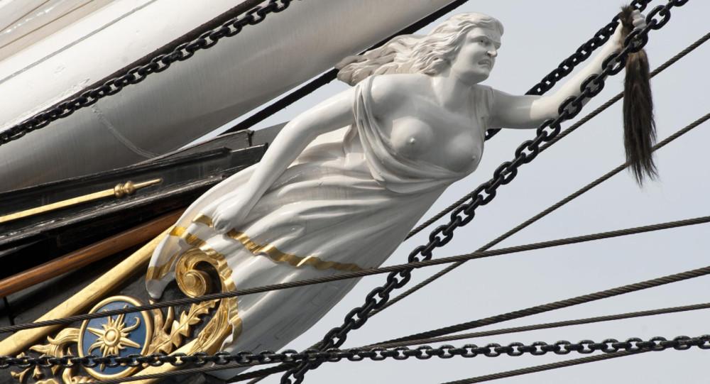 Ростровая фигура на носу «Катти Сарк»: Нэнни держит в руке пучок конских волос