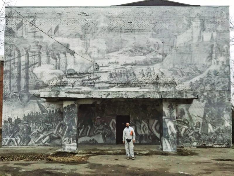 Художник на фоне своего произведения