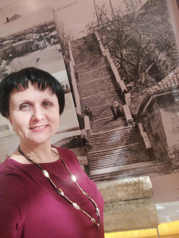 Историк Татьяна Зеленская у подножия Депальдовской лестницы