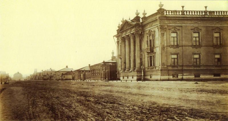 Улица Католическая. Дворец Алфераки на переднем плане. Фото конца 1860-х/нач. 1870-х годов.