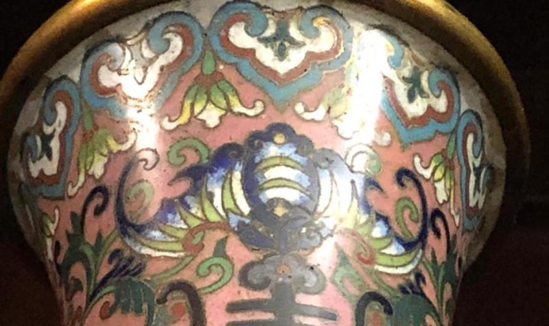 Декоративный узор в виде стилизованной летучей мыши. ТГЛИАМЗ.