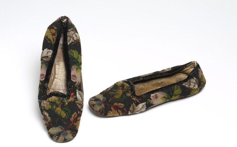 Для иллюстрации: тапочки викторианской эпохи с берлинской вышивкой.