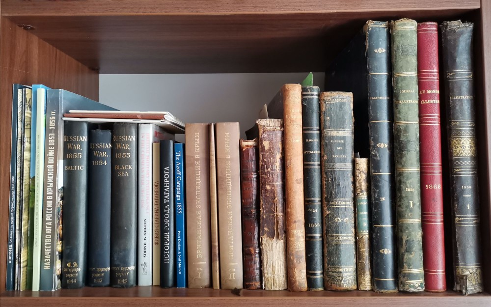 Одна из полок с книгами по Крымской войне