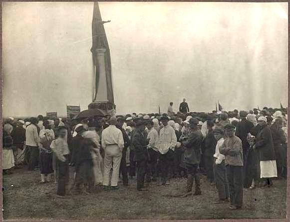 Открытие памятника в с. Бацманово 9 августа 1925 г. /Фото из фондов ТГЛИАМЗ