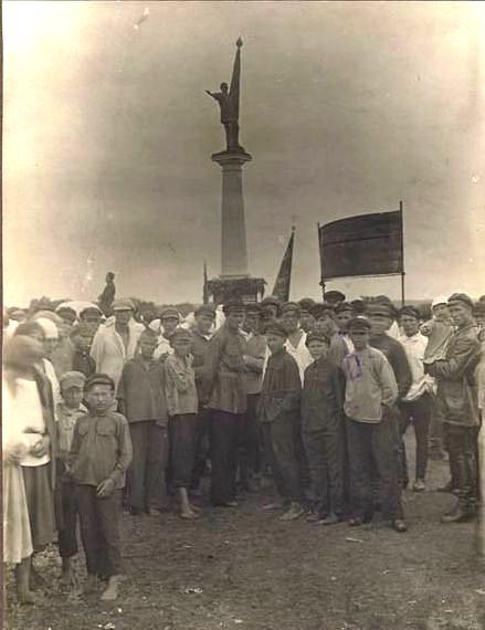 Открытие памятника в с. Бацманово 9 августа 1925 г. /из фондов ТГЛИАМЗ