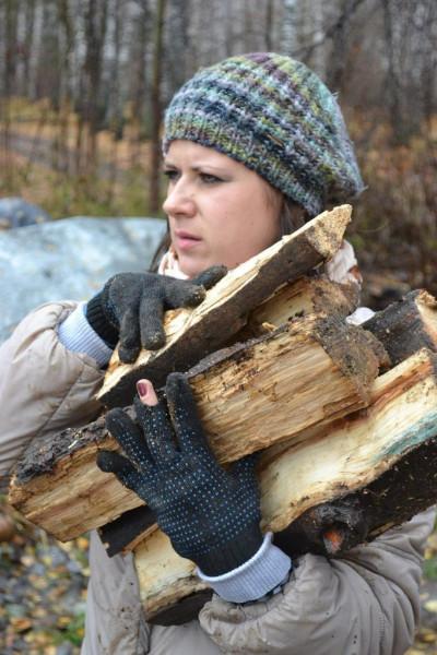 Девушки дружно возят и носят дрова и