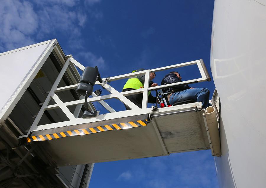 LED-B773-TSO-EI-UNF-ambulance-bridge