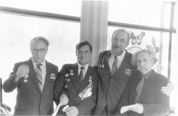 Ю.М. Лотман с однополчанами 2