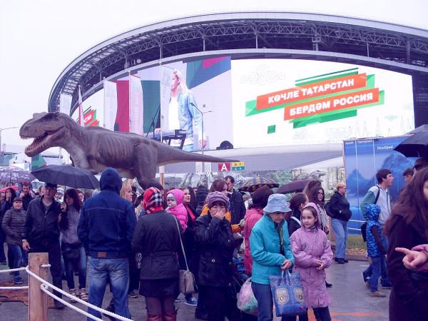 динозавры у стадиона