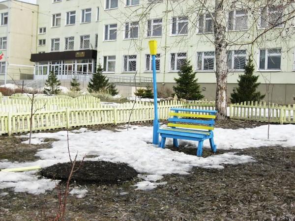 Школьный сквер в апреле
